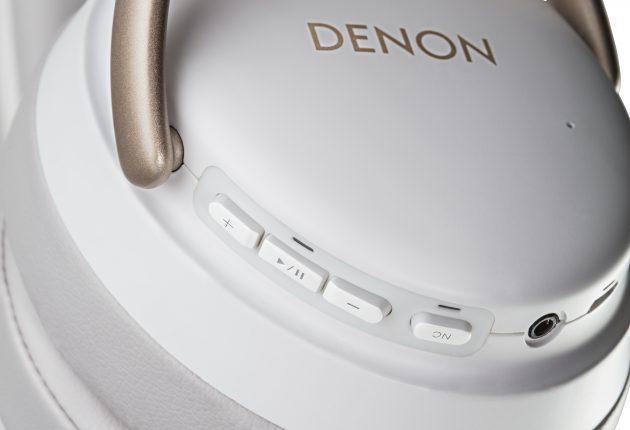 Der mange velger å la hodetelefonene styres med fingertouch og gester, holder Denon fast på knapper til de fleste funksjonene. Foto: Denon