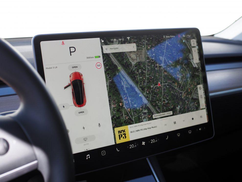 Tesla har lansert trådløs lader til mobil for Model 3