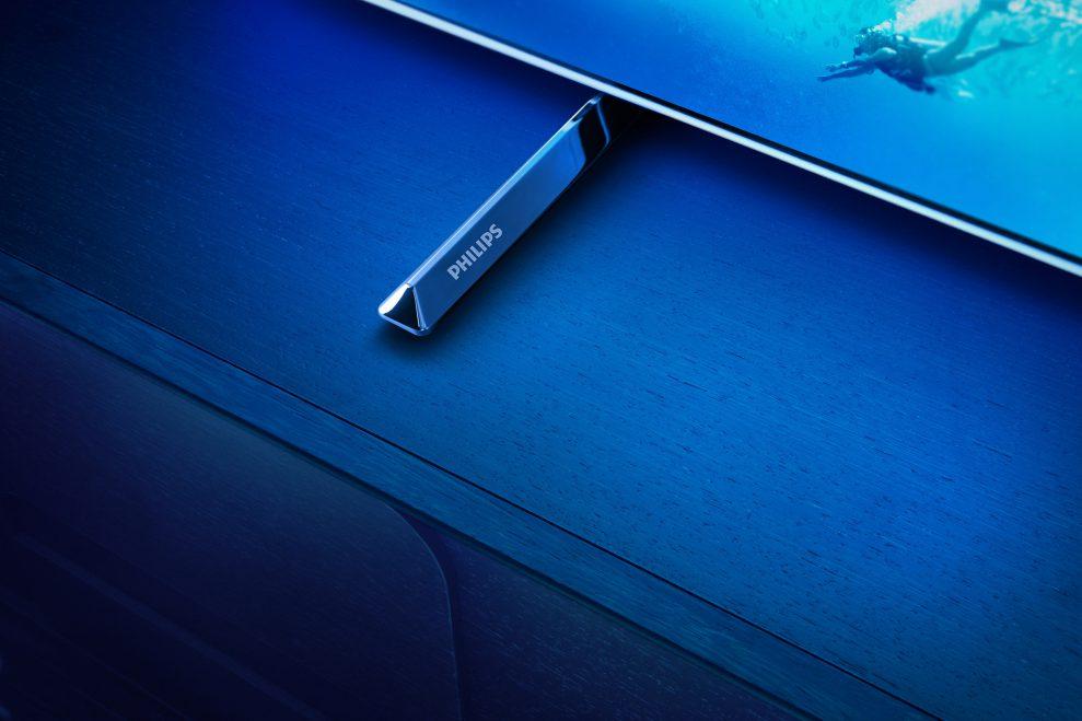 OLED805 BS Stand Wordmark RGB 1 989x659 - Philips OLED805 kommer i juli