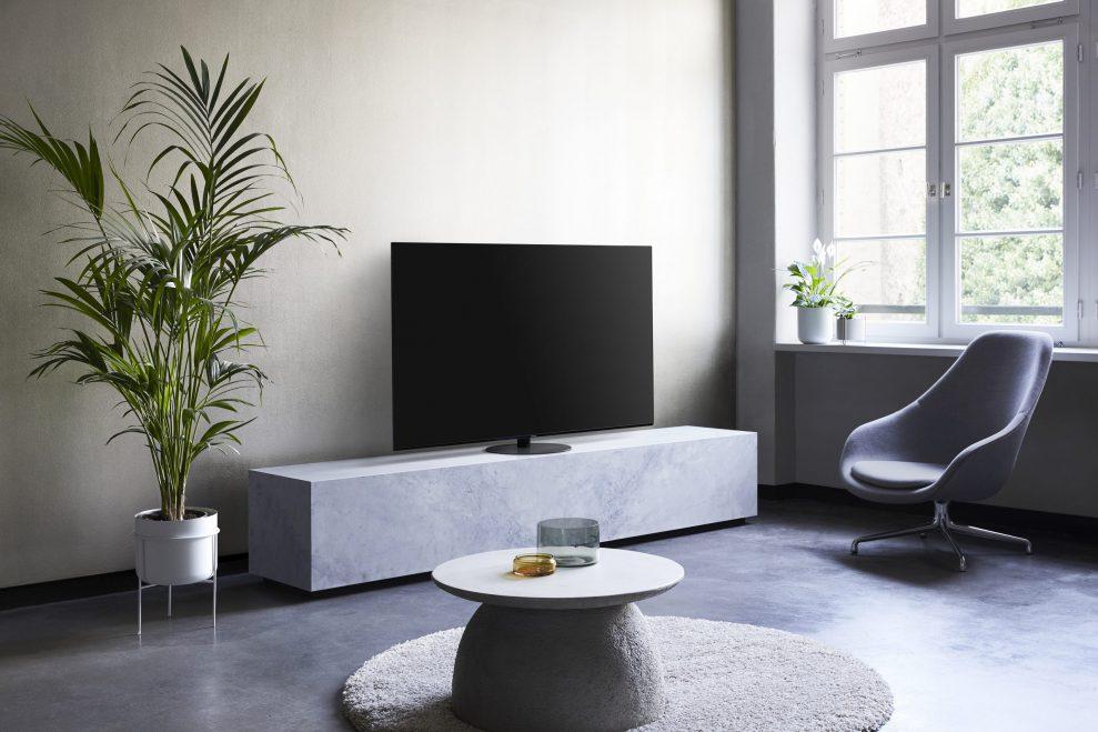 Panasonic HZ1000 har en lekker, diskré og solid sokkel som kan dreie TV-en i ønsket retning.