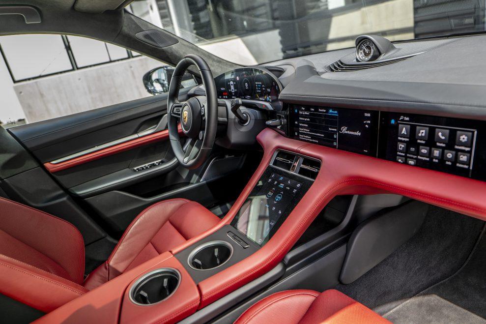 Taycan cockpit 989x659 - Porsche Taycan med Burmester Sound System