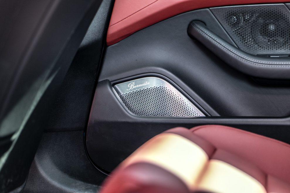 Taycan right door 989x659 - Porsche Taycan med Burmester Sound System