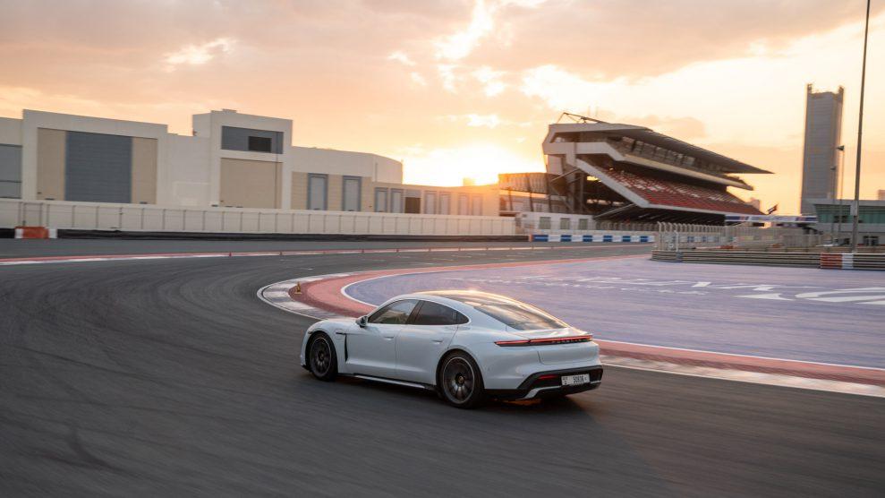 taycan turbo dubai autodrome 2019 porsche ag 989x556 - Porsche Taycan med Burmester Sound System