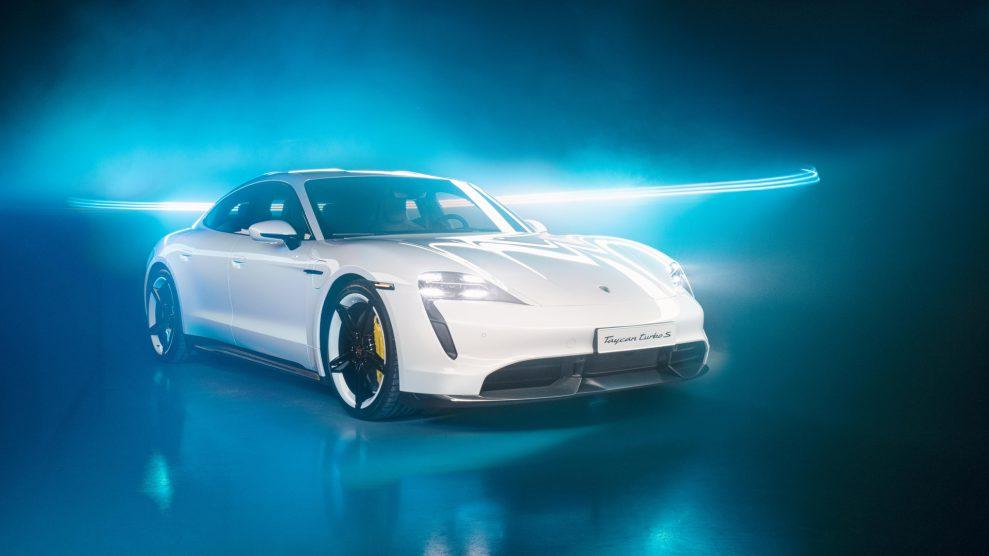 taycan turbo s light painting by lumenman bernhard rauscher 2019 porsche ag r 989x556 - Porsche Taycan med Burmester Sound System