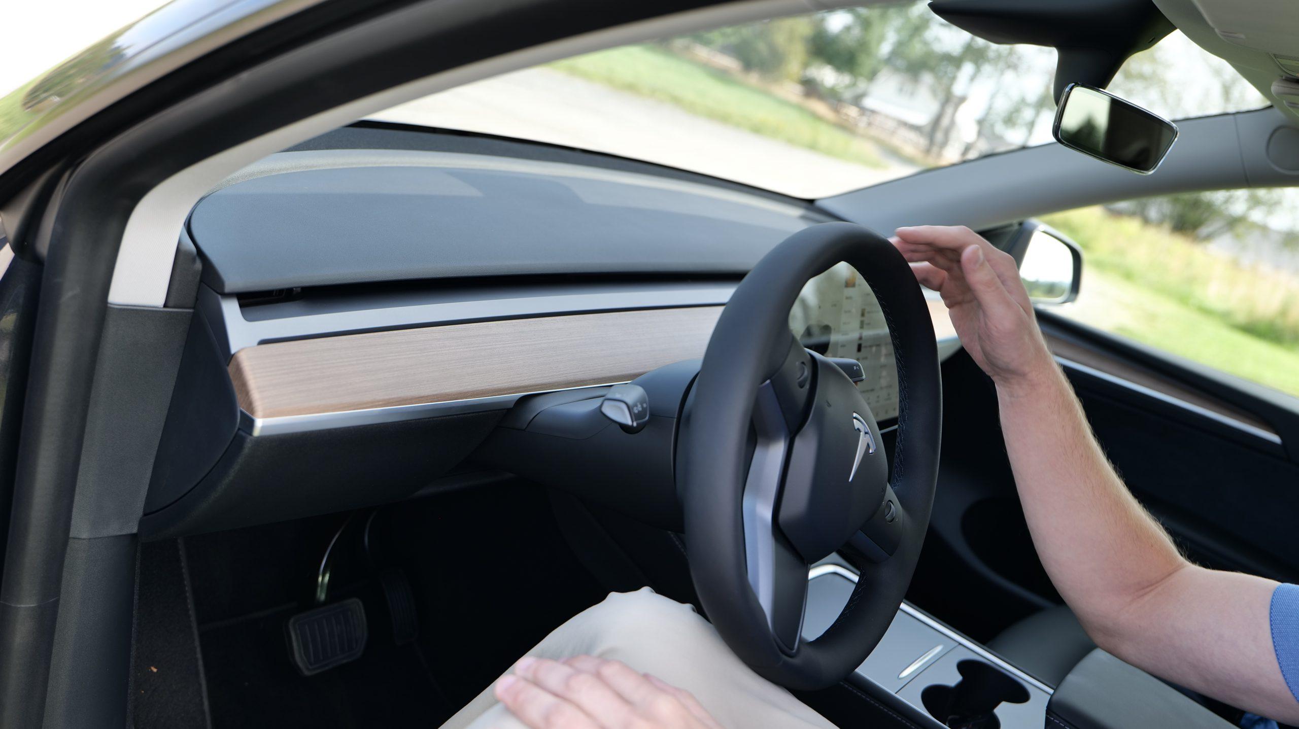 Tesla Model Y steeringwheel & dash